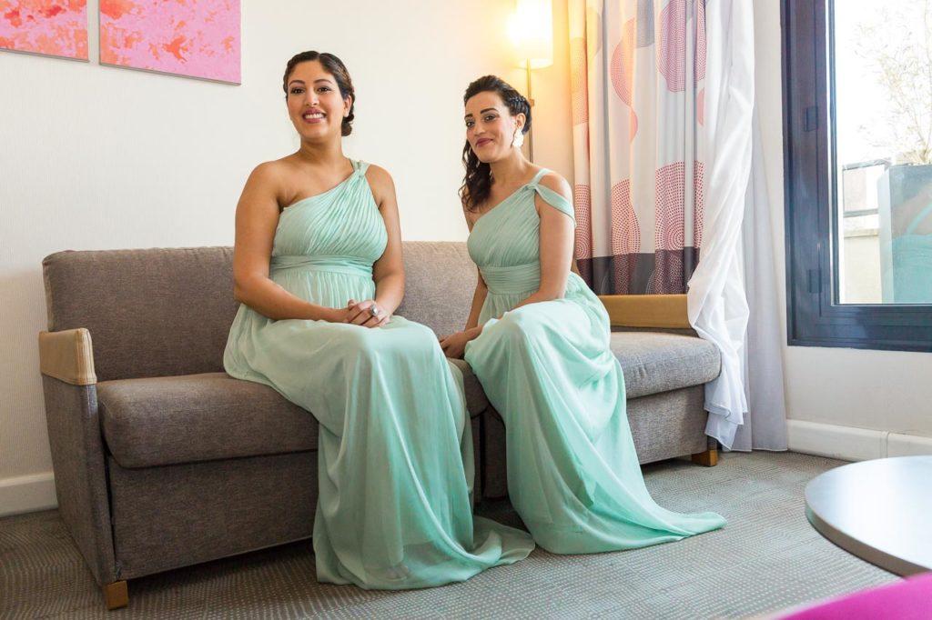 Deux sœurs, demoiselles d'honneur, vêtus à l'identique