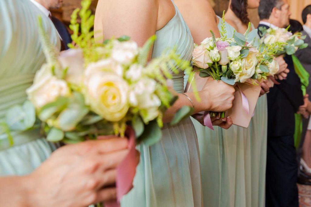 Gros plan sur robes et bouquet de fleurs des demoiselles d'honneur