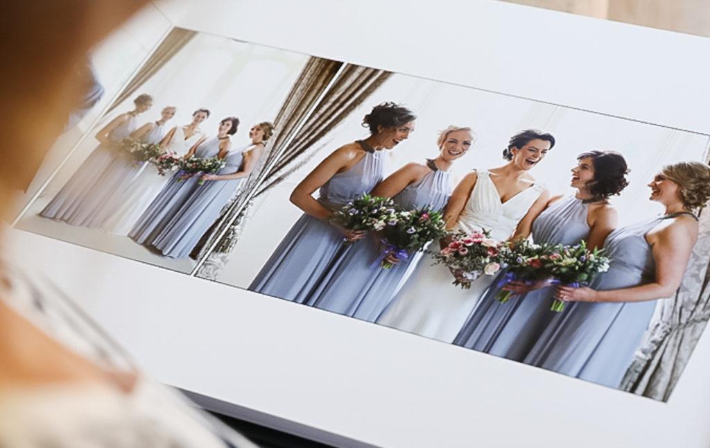 Livre photo de mariage ouvert sur la mariée et demoiselles d'honneur
