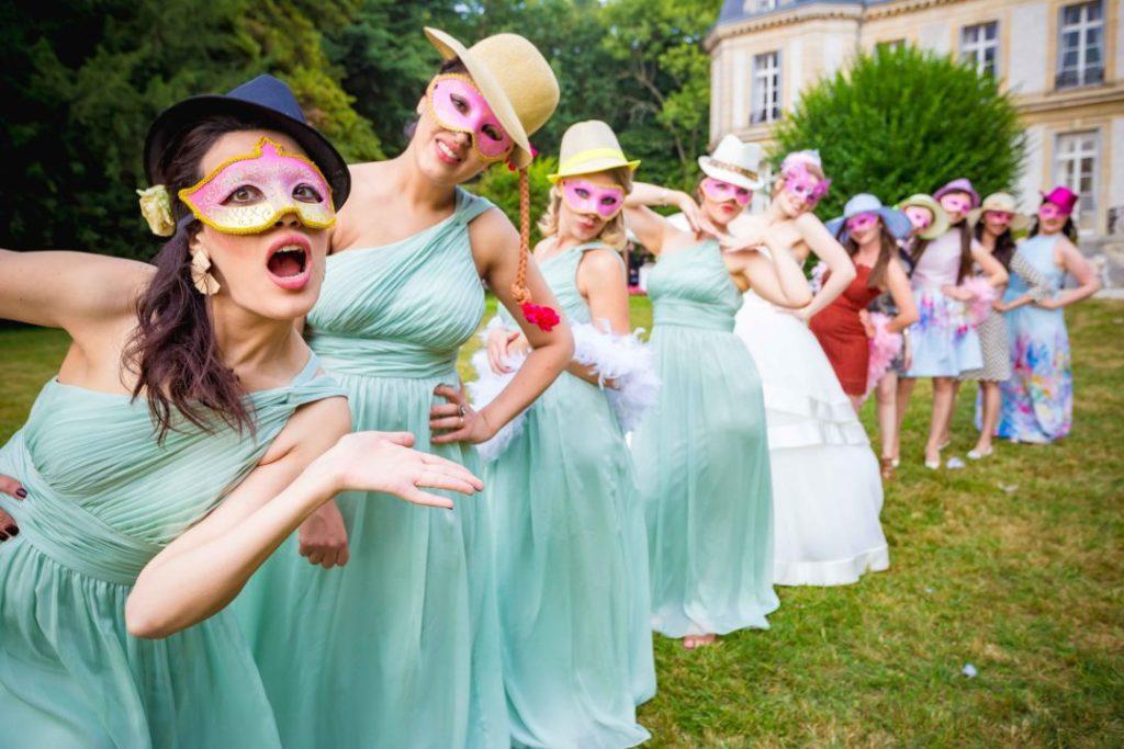 Les convives portent des chapeaux, masques... et prennent la pose pour une animation Photobooth