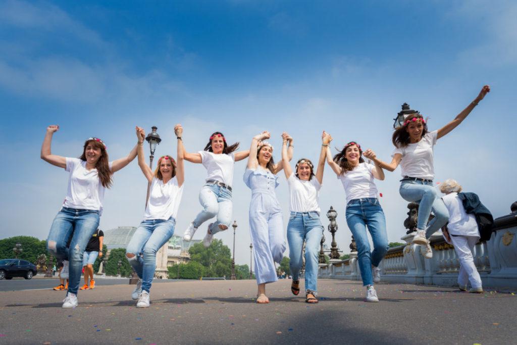 Shooting Photo EVJF sur le Pont Alexandre III – Paris 7 et 8ème : des filles traversent le pont en courant
