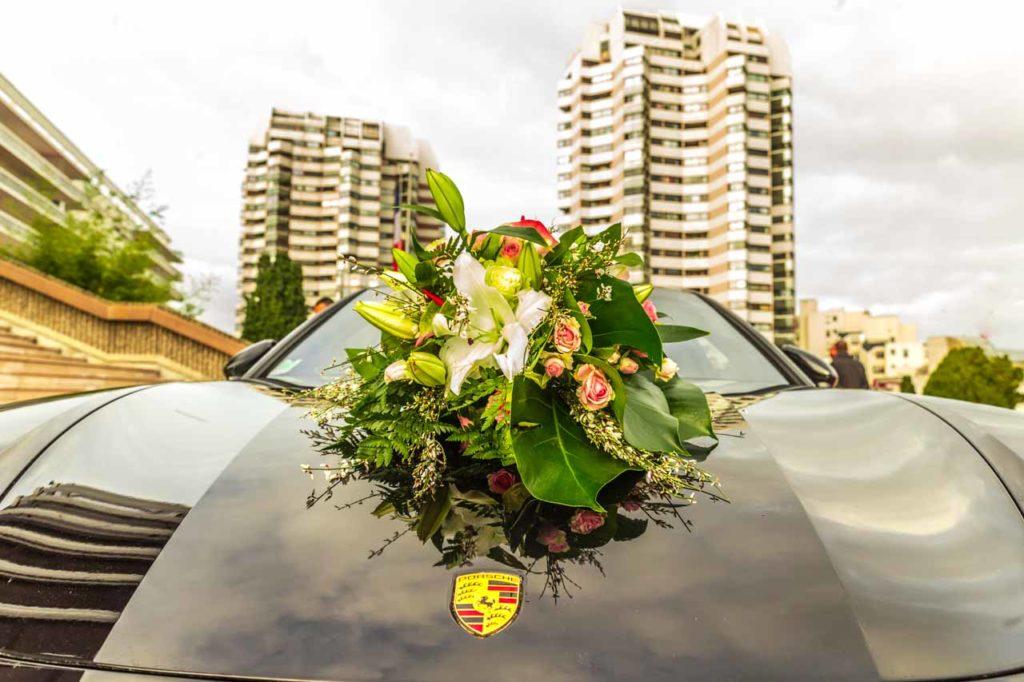 Le bouquet de la voiture Porshe des mariés