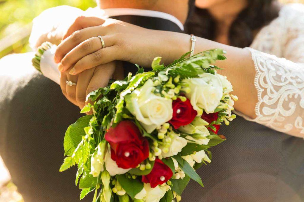 Le bouquet de la mariée : la mariée enlace son mari