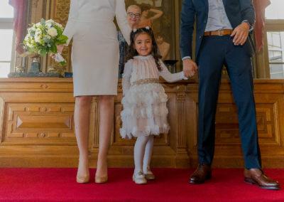 La petite fille d'honneur remet les alliances aux mariés - Mairie de Courbevoie