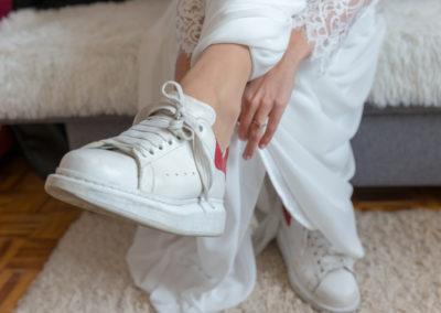 Préparatifs de la mariée en baskets - Crédits : Les Photos de Bela - Photographe de mariage - Paris - IDF