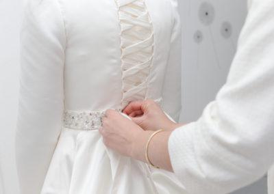 Préparatifs de la mariée : le nœud de la robe - Préparatifs des mariés - Hotel Intercontinental Paris 8 -Crédits : Les Photos de Bela - Photographe de mariage - Paris - IDF