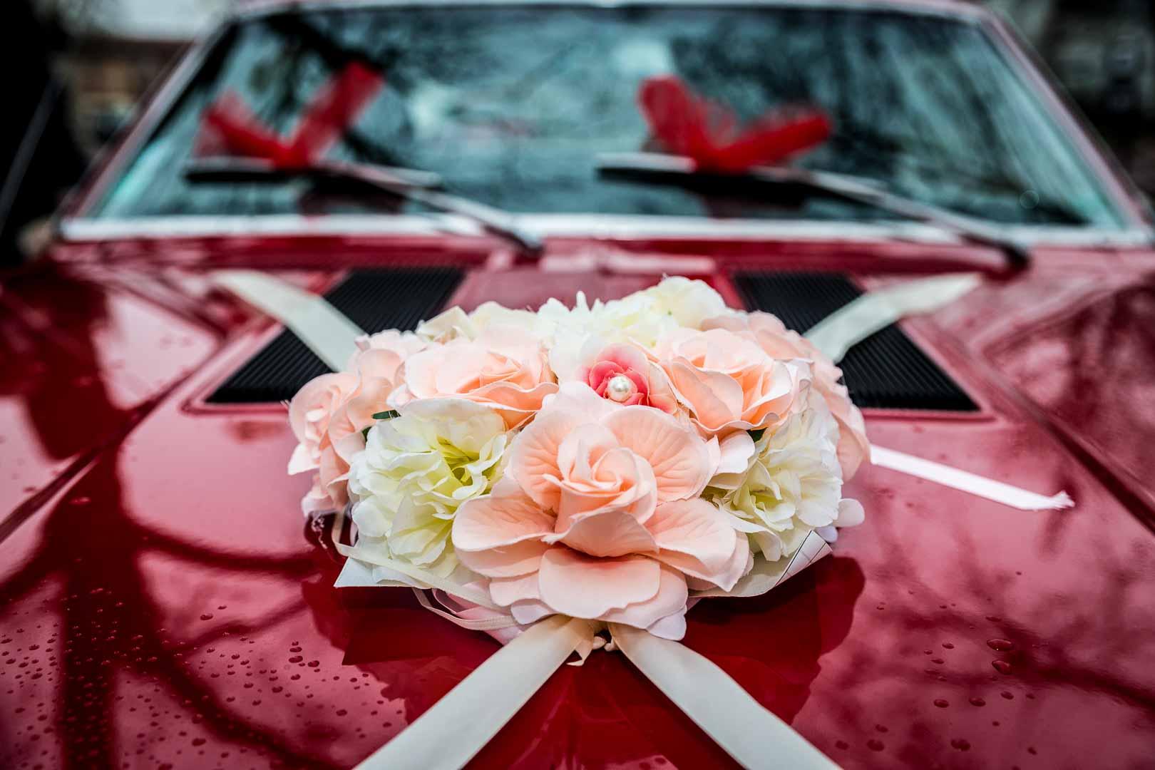 Décoration florale de la voiture des mariés - Camaro - Crédits : Les Photos de Bela - Photographe de mariage Paris et IDF