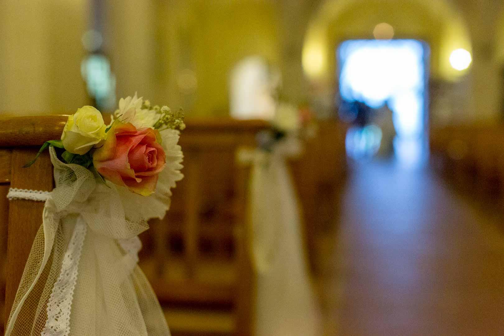 Le bouquet de la mariée en harmonie avec les fleurs à l'Église, les boutonnières des Papas et des garçons d'honneur Crédits : Les Photos de Bela - Photographe de mariage Paris et IDF