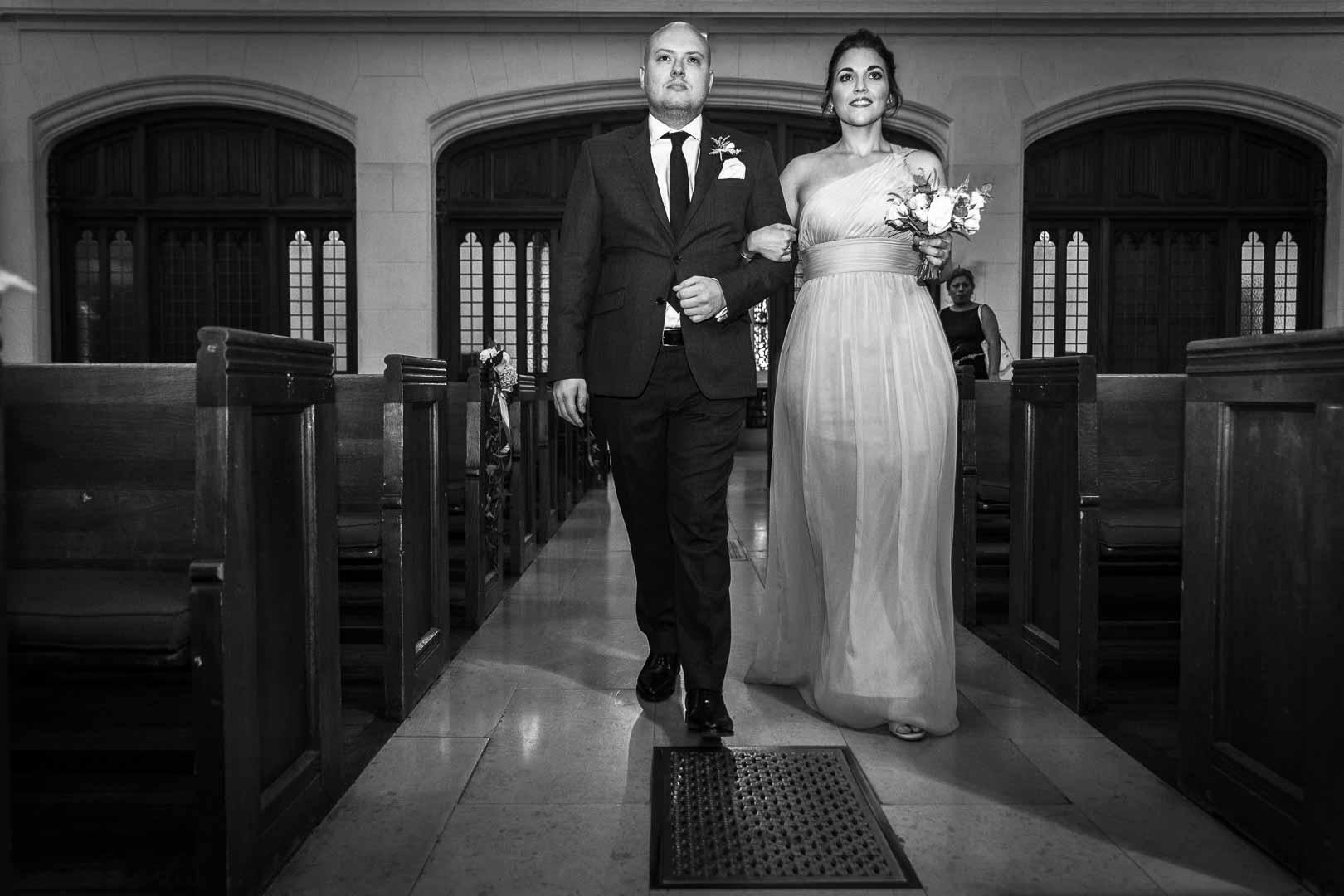 L'entrée des demoiselles d'honneur au bras des garçons d'honneur - Eglise Américaine de Paris - Crédits : Les Photos de Bela - Photographe de mariage Paris et IDF