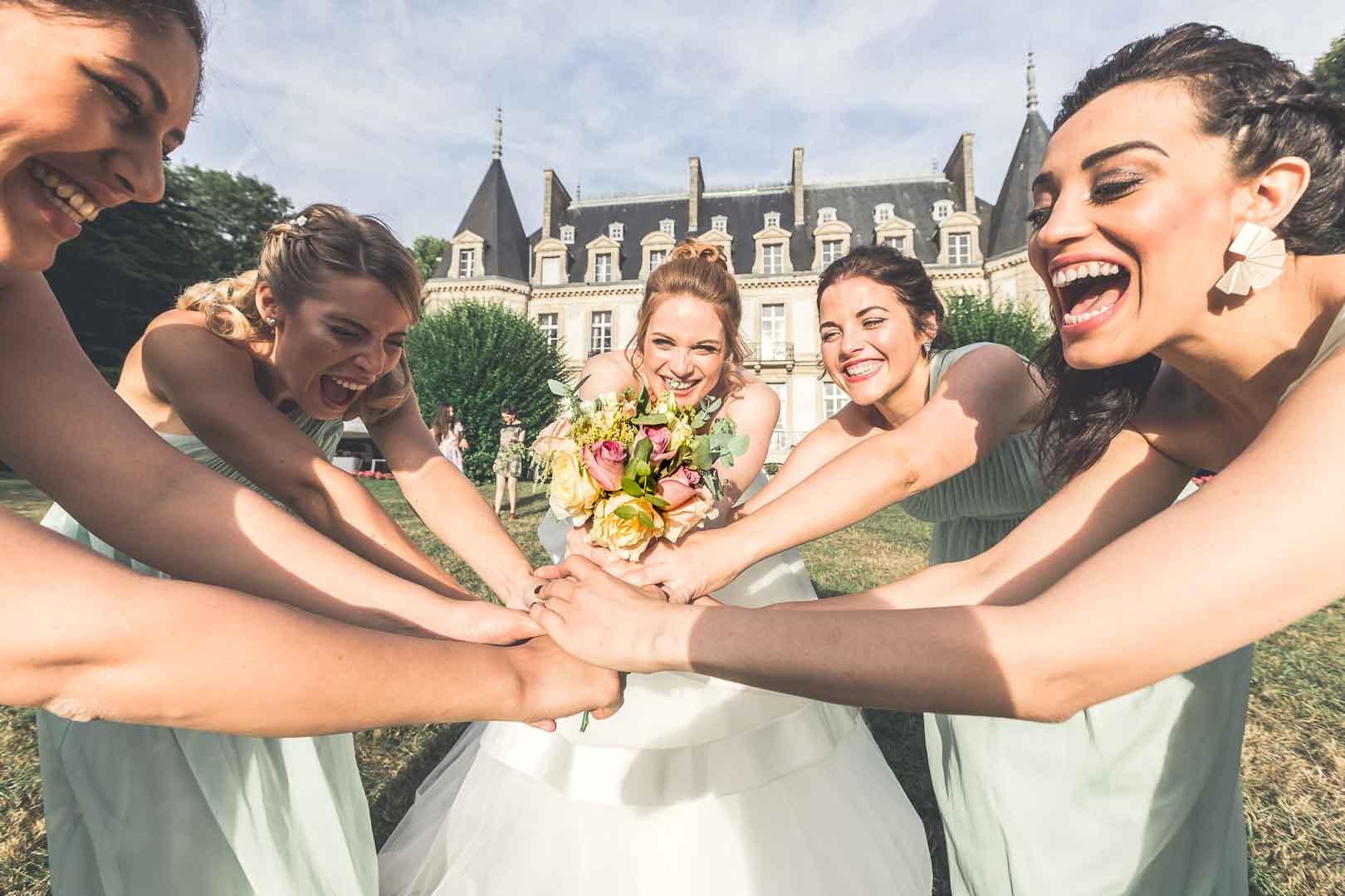 La bataille pour le bouquet de la mariée - Crédits Les Photos de Bela, Photographe Paris et IDF