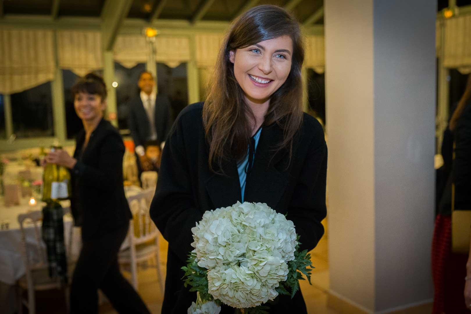 Lancé du bouquet de la mariée - Prieuré de Vernelle - Crédits : Les Photos de Bela, Photographe Paris et IDF
