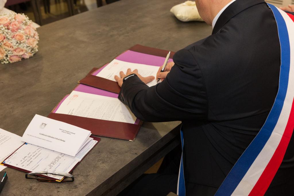 Signature des registres par le maire - Crédits : Les Photos de Bela, Photographe de Mariage Paris IDF