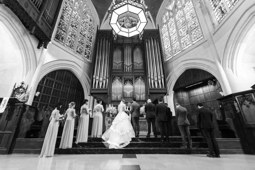 Placement des mariés, des demoiselles et garçons d'honneur à l'église - Crédits : Les Photos de Bela