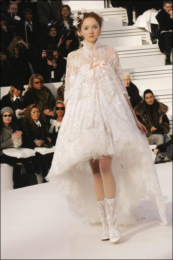 Lily Cole en robe de mariée Chanel lors du défilé Haute Couture 2006