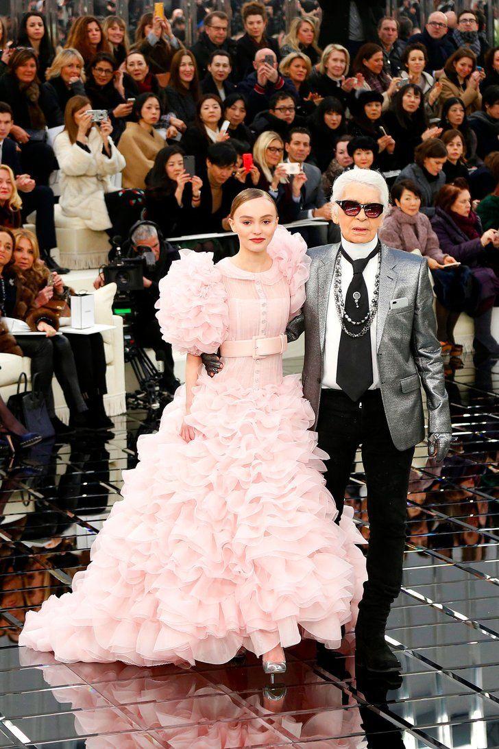 Lily Rose Depp en robe de mariée rose, en compagnie de Karl Lagerfeld, lors du défilé Chanel Haute Couture-2017