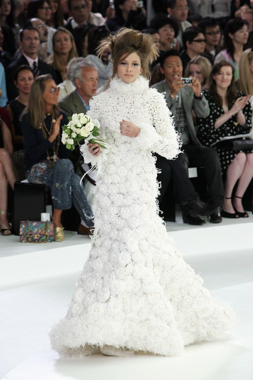 Solange Wilvert en robe de mariée par KArl Lagerfeld lors du défilé Chanel Couture en 2005