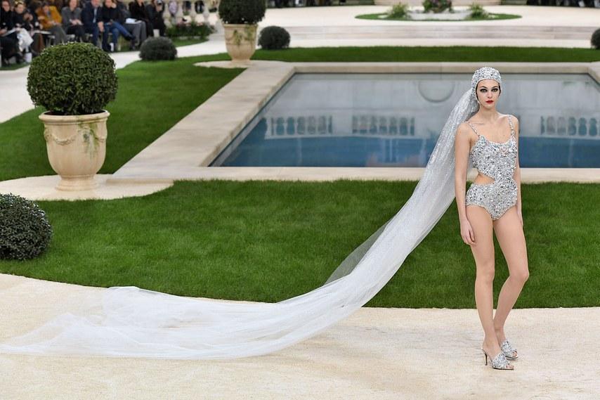 Le maillot de bain nuptial par Karl Lagerfeld - Vittoria-Ceretti - Défilé Chanel Haute Couture 2019