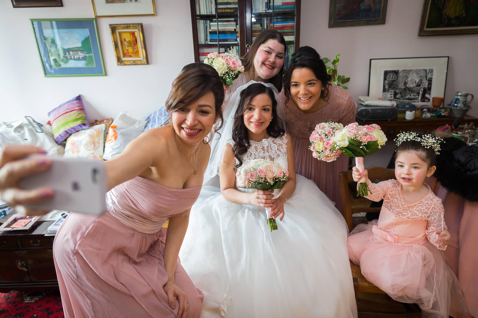 La mariée et ses demoiselles d'honneur pendant les préparatifs
